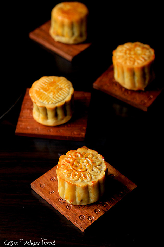 ... am using New Moon Cake Decoration Mold mould to shape my moon cakes
