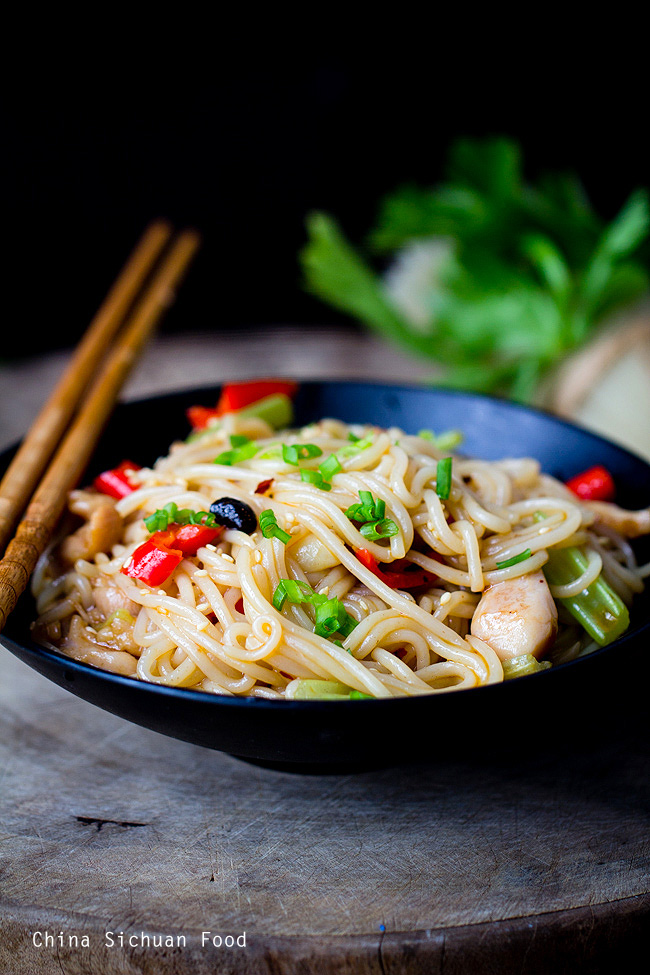 stir-fried-rice-noodles-with-chicken-7-copy.jpg