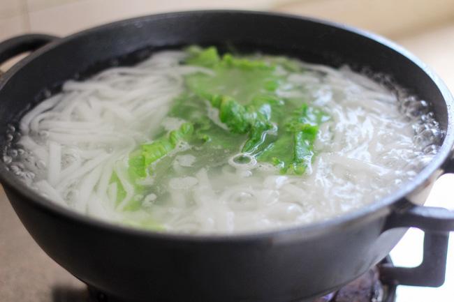 beef ho fun noodle soup